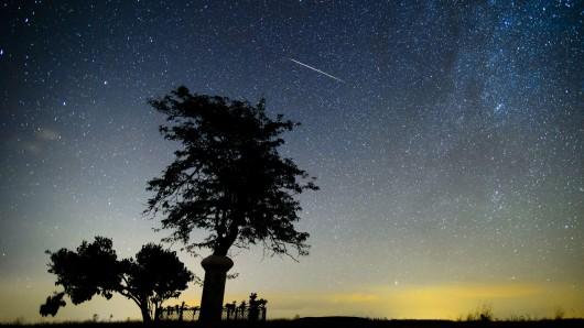 Vor allem in der Nacht auf Sonntag sollen die Sternschnuppen unterwegs sein (Symbolbild).