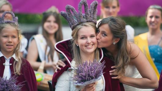 In Amelinghausen wird am Sonntag eine neue Heidekönigin gekrönt, die in ganz Deutschland für die Lüneburger Heide wirbt. Hier ist Sophia Wischmann zu sehen, die Königin des Jahres 2014.