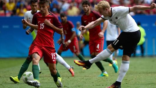 Julian Brandt kann sich gegen portugiesische Verteidiger durchsetzen.