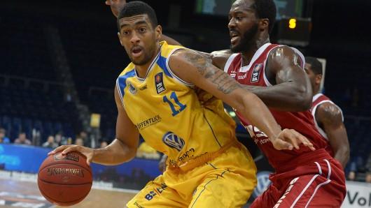 Am Rosenmontag spielen die Basketball Löwen wieder gegen die Brose Baskets: Hier kämpfen Braunschweigs Amin Stevens (l) und Bambergs Gabriel Olaseni um den Ball. (Archivbild)