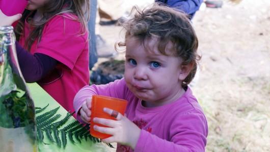 Johanna (3) schmeckt die Waldlimo sehr gut.