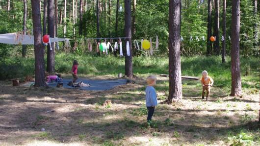 In einem Waldstück bei Gifhorn-Winkel haben die zehn Kinder in ihrem Waldkindergarten ausreichend Platz um in der Natur zu spielen und zu lernen.