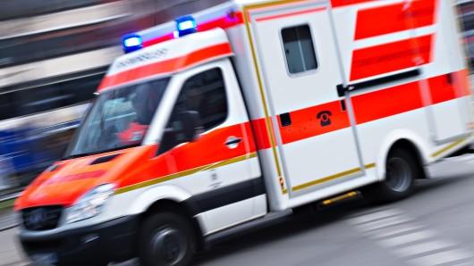 Der Rennradfahrer und der Motorradfahrer mussten mit einem Rettungswagen ins Krankenhaus gebracht werden (Symbolbild).