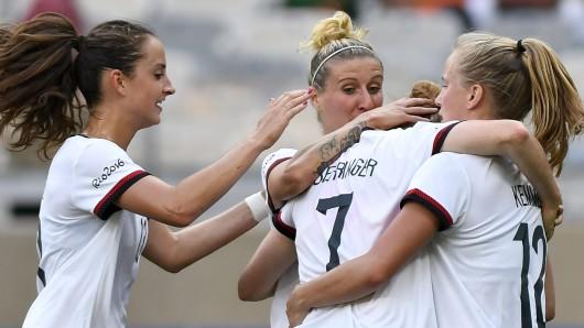 Jubelnde DFB-Fußballerinnen: Mit dem 2:0 über Kanada haben sie nicht nur den Einzug ins Olympia-Finale geschafft - es war auch der 300. Länderspielerfolg der Frauen-Nationalmannschaft.