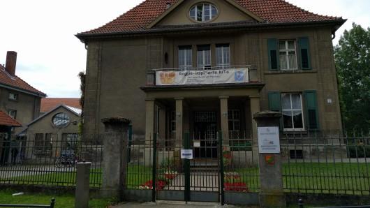 Die Kita am Herzogtore, beheimatet in der VWelger Villa, bleibt noch bis Mai 2017 als solche erhalten. Danach beginnen die Bauarbeiten der Volksbank, die das Gelände erworben hat.