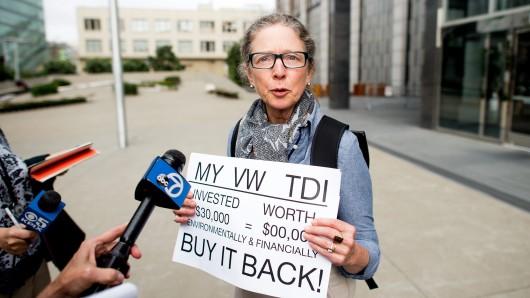 Eine amerikanische Kundin pocht auf Rücknahme ihres VW Diesel nach Bekanntwerden der Abgasaffäre bei VW (Archivbild).