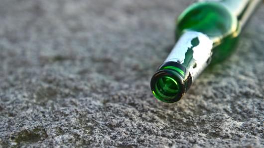Bei einem Streit hat ein 25-Jähriger einem 43-Jährigen eine Bierflasche auf den Kopf geschlagen hat (Symbolbild).