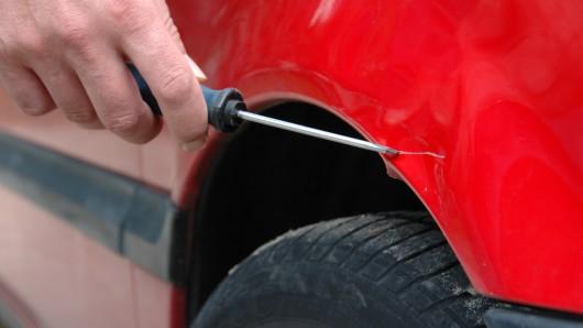 Unbekannte haben die Autos von mindestens sieben Gottesdienstbesuchern zerkratzt (Symbolbild).