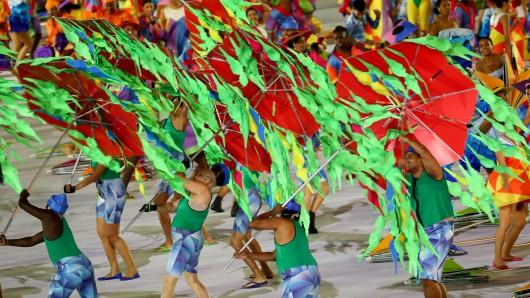 Eine Schirm-Performance zur Eröffnung der Paralympics.