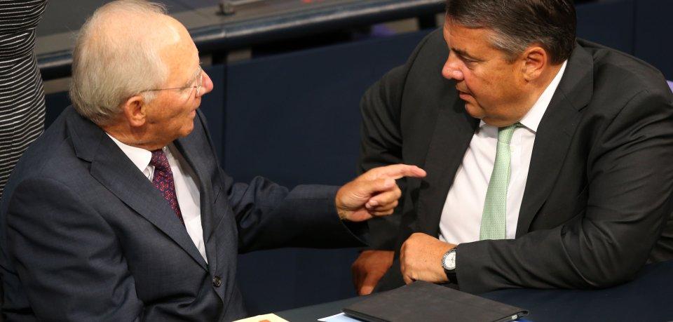 An einem Kabinettstisch, aber unterschiedlicher Meinung: Bundes-Wirtschaftsminister Sigmar Gabriel (SPD, r.) und Bundes-Finanzminister Wolfgang Schäuble.