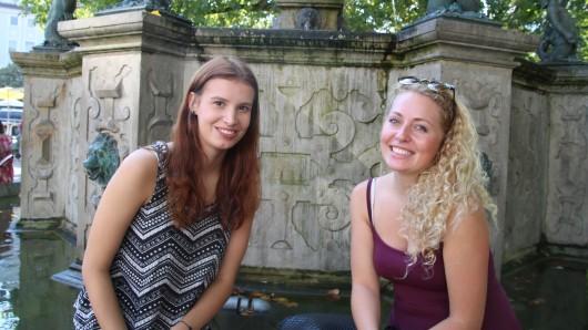 Charlotte (19, links) ist sich unschlüssig, was die Wahl angeht. Sophie (19, rechts) wird nicht wählen: Ich ziehe um. Die Braunschweigerin sagt außerdem, dass sie mit der Informationslage der Parteistände unzufrieden sei. Als besonders wichtig ist für sie die Auseinandersetzung mit dem Thema Umwelt.