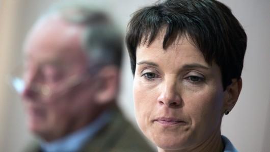 Frauke Petry wollte in Bergen auftreten, ihr Vize Alexander Gauland (im Hintergrund) wurde in Lingen beworfen.