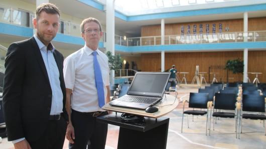 Dennis Weilmann vom Kommunikationsreferat (links) und Oberbürgermeister Klaus Mohrs freuen sich auf den Wahlabend.