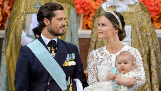Prinz Carl Philip (L) and Princess Sofia (L) mit Prinz Alexander auf dem Arm