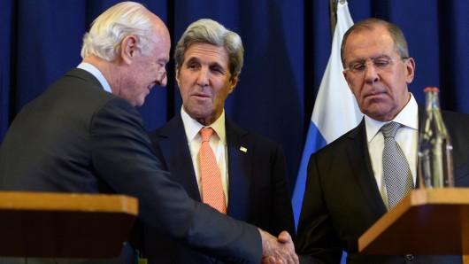 Der UN-Syrienbeauftragte Staffan de Mistura (links) vereinbart mit Russlands Außenminister Sergej Lawrow (r.) und dessen US-Kollegen John Kerry die Waffenruhe für Syrien