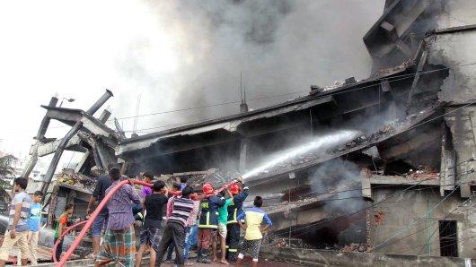 Bei der Explosion stürzte das vierstöckige Fabrikgebäude teilweise ein - das machte die Arbeit der Rettungskräfte so schwierig.