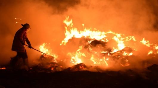 Ein Schaden von mehr als 100.000 Euro ist beim Brand von Strohballen bei Wildeshausen entstanden. Unser Archivbild zeigt einen Strohballen-Brand bei Meinersen im vergangenen Herbst.