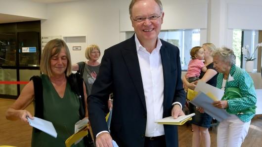 Niedersachsens Ministerpräsident Stephan Weil  (SPD) und seine Ehefrau Rosemarie Kerkow-Weil bei ihrer Stimmabgabe in Hannover.