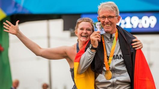 Hans-Peter Durst feiert seinen Sieg bei den Paralympics mit Tochter Katharina. Das Foto in seiner Hand zeigt Dursts kürzlich verstorbene Mutter.