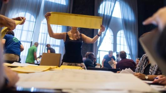 Nach den Kommunalwahlen in Niedersachsen bleiben insgesamt 54 Sitze in den Gemeindeparlamenten unbesetzt, weil Parteien mehr Sitze gewannen, als sie Kandidaten aufgestellt hatten. (Symbolbild)