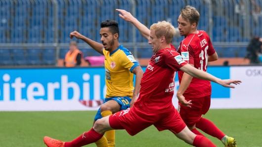 Braunschweigs Salim Khelifi (l.) und Sandhausens Philipp Klingmann (M.) und Thomas Pledl kämpfen um den Ball.