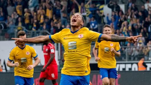 Onel Hernandez bejubelt seinen Treffer zum 2:0 gegen den SV Sandhausen.