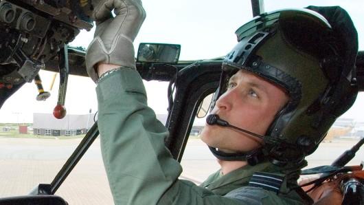 Prinz William sitzt im Cockpit eines Hubschraubers.