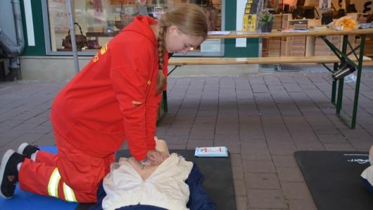 Laura Moreton vom DLRG Wolfenbüttel bei der Herzdruckmassage
