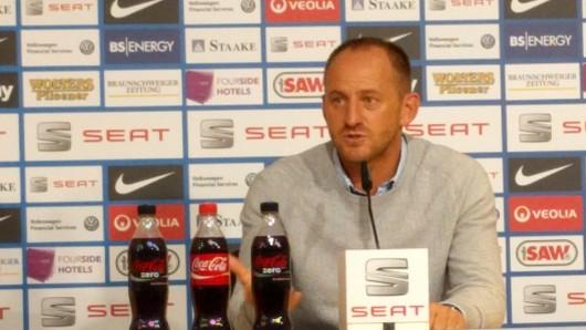 Eintracht-Trainer Torsten Lieberknecht auf der Pressekonferenz vor dem Spiel gegen Düsseldorf.