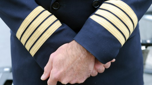 Ein Pilot der Lufthansa posiert am 08.09.2015 am Flughafen von Frankfurt am Main