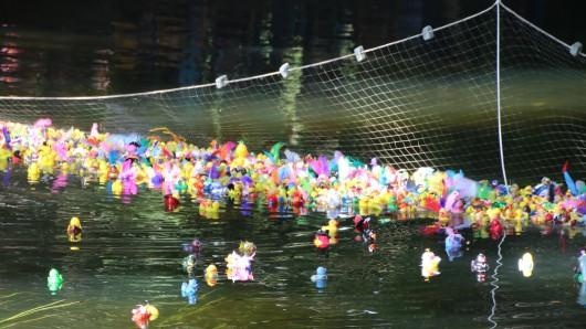 Beim Entenrennen treten von ihren Besitzern bunt geschmückte Quietsche-Entchen gegeneinander an (Symbolbild).