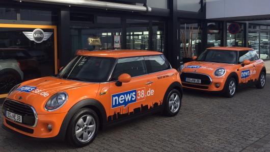 Das Autohaus Block am Ring hat die beiden knallorangen Minis heute an news38.de übergeben.