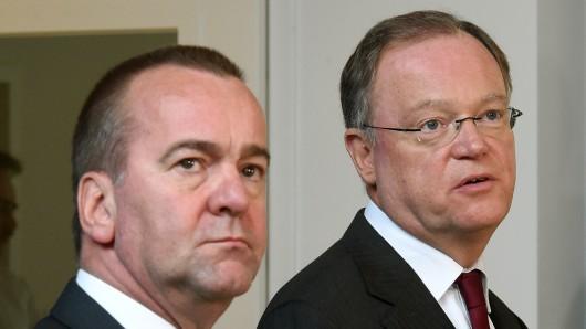 Der niedersächsische Ministerpräsident Stephan Weil (r) und Innenminister Boris Pistorius (beide SPD) (Archivbild).