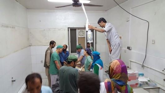 Mitarbeiter des teilweise zerstörten Krankenhaus der Organisation Ärzte ohne Grenzen im nordafghanischen Kundus arbeiten am 3. Oktober 2015 in einem provisorischen Operationssaal im intakten Teil des Krankenhauses.