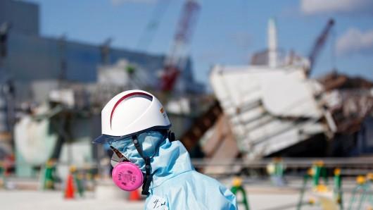 Ein Arbeiter des Betreibers Tepco im Atomkraftwerk Fukushima. Nachdem ein Tsunami die Anlage 2011 schwer beschädigt hat, trat jetzt erneut radioaktiv versuchtes Wasser aus.
