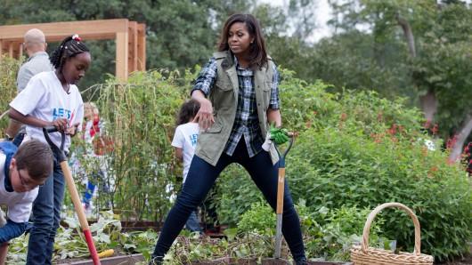 First Lady Michelle Obama erntet gemeinsam mit Schülern zum letzten Mal im Garten des Weißen Hauses Gemüse.