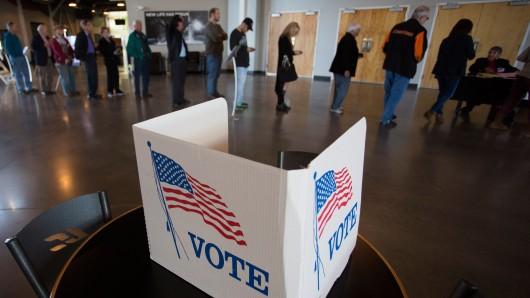 US-Bürger stehen bei den Vorwahlen im Bundesstaat Oklahoma Schlange, um ihre Stimme abgeben zu können. Versucht Russland, die Wahlen zu beeinflussen?