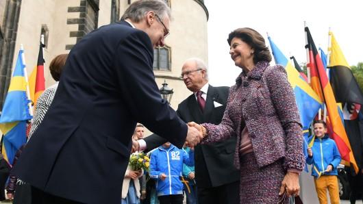 Das schwedische Königspaar Carl XVI. Gustaf und Silvia werden an der Schlosskirche Wittenberg von Sachsen-Anhalts Ministerpräsident Reiner Haseloff (CDU) begrüßt.