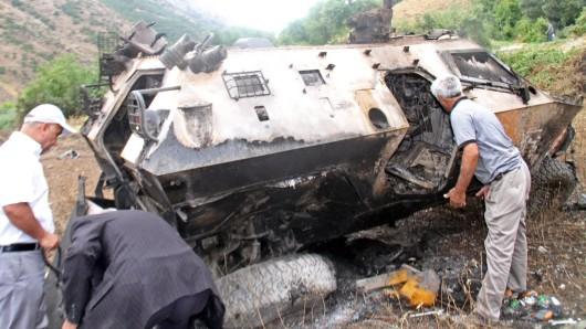 Bei einem PKK-Anschlag auf dieses gepanzerte Militärfahrzeug sind neun türkische Soldaten ums Leben gekommen.