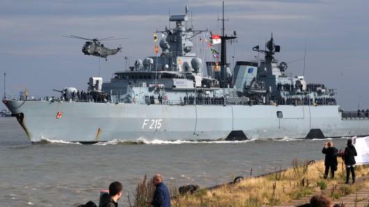 Die Fregatte Brandenburg (Archivbild) musste wegen eines Feuers an Bord im Kieler Hafen einlaufen.