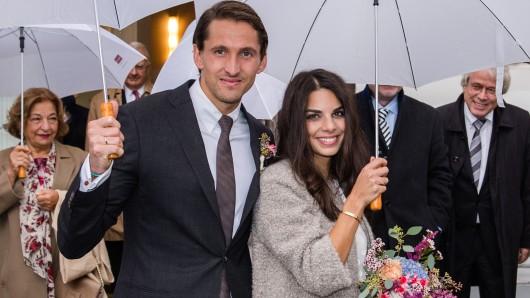 Gut beschirmt sind Fußball-Torhüter René Adler und seine langjährige Freundin Lilli Hollunder ins Eheleben gestartet.