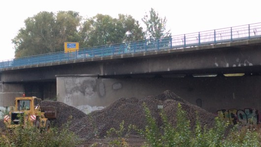 Die Bahnbrücke ist seit dem 20. Oktober gesperrt. Sie soll abgerissen und neu aufgebaut werden.