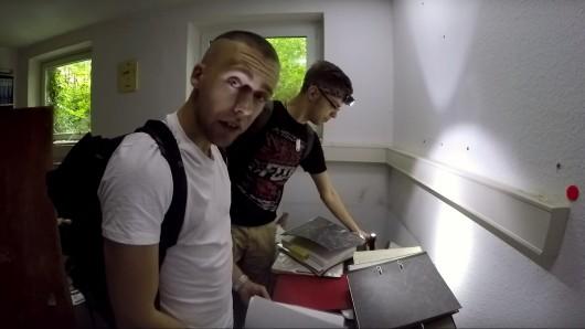 Mitglieder des Lost Places-Teams sichten im alten Kreiskrankenhaus die zurückgelassenen Akten.