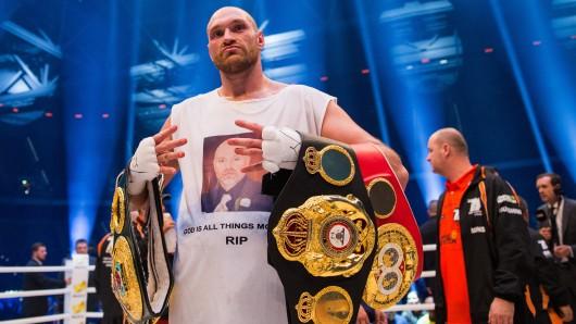Boxweltmeister Tyson Fury hat offiziell seine Titel abgegeben.