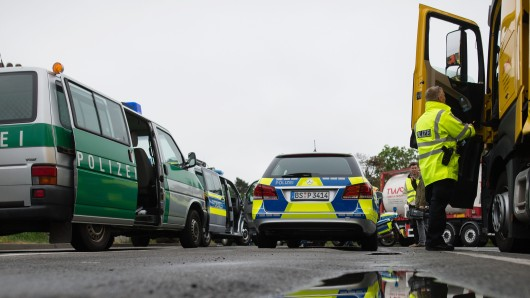Mehrere Autofahrer meldeten am Samstag der Polizei Braunschweig, dass ein Lkw in Schlangenlinien über die A2 fährt (Symbolbild).