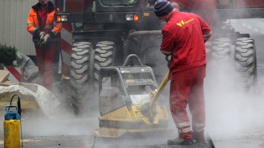 In der Wendeburger Ortsdurchfahrt haben derzeit die Straßenbauer das Sagen (Symbolbild).