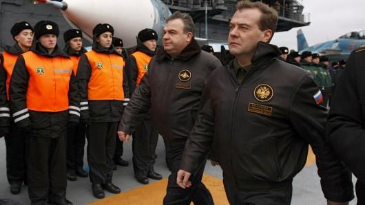 Der russische Ministerpräsident Dmitri Medwedew (r.) bei einer Inspektion auf dem Flugzeugträger Admiral Kusnezow. Ein Flottenverband unter Führung jenes Schiffs steuert die syrische Küste an.