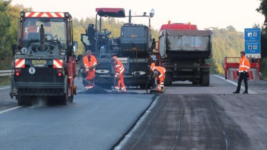 Bevor auf der A2 bei Helmstedt wieder Autos in Richtung Berlin fahren können, müssen Straßenbauer die Fahrbahn reparieren.