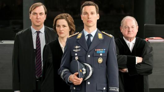 Schuldig oder nicht schuldig? Eurofighter-Pilot Lars Koch (Florian David Fitz, vorne) muss sich für den Abschuss eines entführten Passagierflugzeuges verantworten.