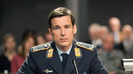 Der Angeklagte Eurofighter-Pilot Lars Koch (Florian David Fitz) in einer Szene des Films Terror - Ihr Urteil.